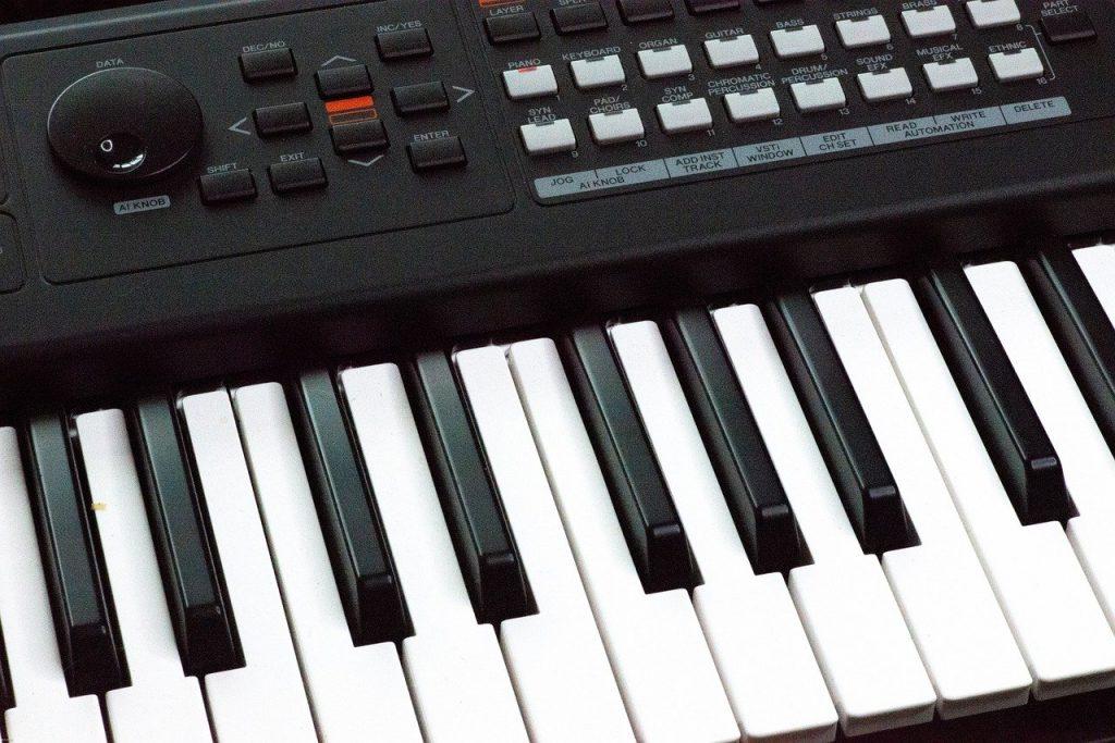 https://pixabay.com/photos/synthesizer-keyboard-octave-music-5255545/